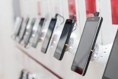 Мобильные телефоны в выставочном зале стоковые фотографии rf