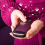 Мобильный телефон в женских руках Стоковая Фотография RF