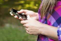 Мобильный телефон в руках стоковые фото