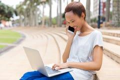 Мобильный телефон девушки говоря Стоковая Фотография