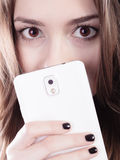 мобильный телефон девушки подростковый Стоковое Фото