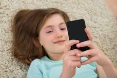 мобильный телефон девушки счастливый Стоковое Фото