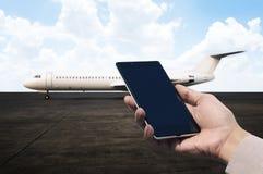 Мобильный телефон держа на авиапорте Стоковая Фотография RF