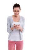 мобильный телефон используя детенышей женщины стоковое фото