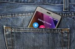 Мобильный телефон, мобильный телефон в задних карманных голубых джинсах Стоковое фото RF