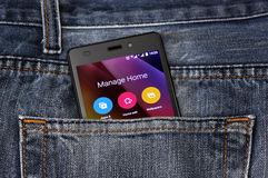 Мобильный телефон, мобильный телефон в задних карманных голубых джинсах Стоковые Изображения