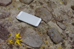 Мобильный телефон на камни стоковые изображения rf