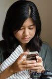 мобильный телефон довольно используя женщину Стоковые Изображения