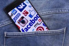 Мобильный телефон показывая большинств популярные социальные средства массовой информации Стоковое Изображение RF