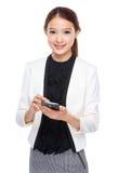 Мобильный телефон пользы коммерсантки стоковая фотография rf