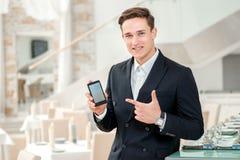 Мобильный телефон друг для бизнесмена Уверенно и успешный Стоковые Изображения