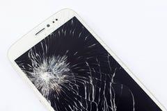 Мобильный телефон с сломленным экраном на белой предпосылке Стоковая Фотография RF