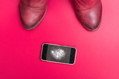 Мобильный телефон с сломленным экраном на поле Стоковое Изображение RF