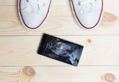 Мобильный телефон с сломленным экраном Стоковые Изображения RF