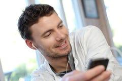 мобильный телефон человека используя детенышей Стоковое фото RF