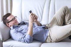 мобильный телефон человека используя Стоковая Фотография RF