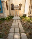 Могила около церков St Nicholas в старой Варне в Болгарии Стоковые Фотографии RF