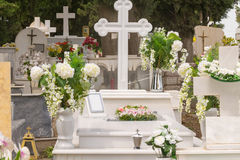 Могила с цветками на кладбище Стоковая Фотография RF