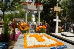 Могила украшенная с цветками стоковая фотография rf