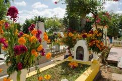 Могила украшенная с цветками стоковое изображение rf