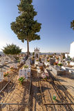 Могилы бедных человеков в типичном католическом кладбище при украшенные могилы Стоковые Изображения