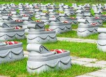 Могилы в траве и путях кладбища вокруг их Стоковое Изображение RF