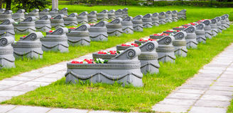 Могилы в траве и путях кладбища вокруг их Стоковая Фотография RF
