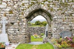 Могильные камни в средневековом кладбище Стоковая Фотография RF