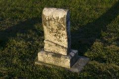 Могильный камень младенца на старом кладбище Стоковая Фотография
