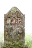 Могильный камень, СУЛОЙ - остатки в мире Увядайте к белой туманной предпосылке Стоковая Фотография RF