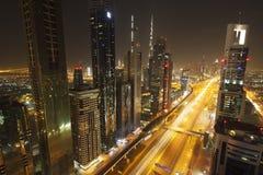25 100 могут Дубай считали метры больше небоскребов шейха дороги более высокорослым чем там для того чтобы осмотреть zayed Стоковые Изображения RF