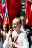 17 могут девушка Осло Норвегии на параде Стоковое Изображение RF