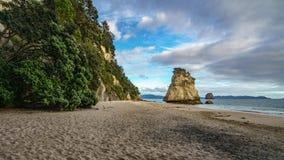 Могущественный монолит утеса песчаника на пляже бухты собора, coromandel, Новой Зеландии 5 стоковая фотография rf