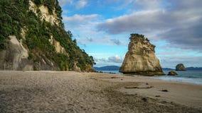 Могущественный монолит утеса песчаника на пляже бухты собора, coromandel, Новой Зеландии 7 стоковое изображение