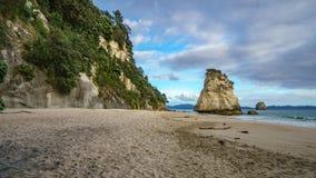 Могущественный монолит утеса песчаника на пляже бухты собора, coromandel, Новой Зеландии 8 стоковые изображения rf