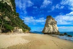 Могущественный монолит утеса песчаника на пляже бухты собора, coromandel, Новой Зеландии 10 стоковые фотографии rf