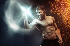 Могущественный парень держа силу в руке Стоковое Изображение RF