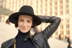Мода, аксессуар, стиль Чувственная женщина с волосами брюнет, стилем причёсок Красота, взгляд, состав Skincare, молодость, выраже стоковая фотография rf