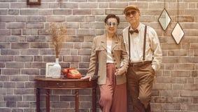 Мода богатых азиатских старших пар винтажная в роскошном доме стоковое фото