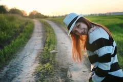 Мода девушки в поле на заходе солнца Стоковое фото RF