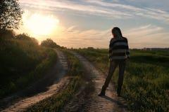 Мода девушки в поле на заходе солнца Стоковое Фото