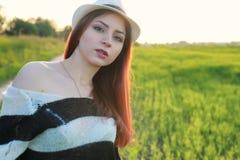 Мода девушки в поле на заходе солнца Стоковая Фотография