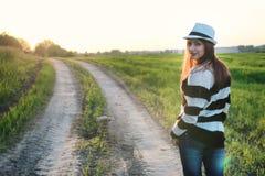 Мода девушки в поле на заходе солнца Стоковые Изображения RF