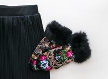 Мода и блоггер категорично на деревянной предпосылке Одежды и аксессуары взгляда сверху стоковое изображение rf