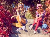Мода падения Городское внешнее сидя женщина шагов стоковая фотография rf