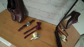 Мода человека - ботинки, наручные часы и бабочка сток-видео