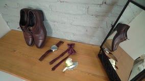Мода человека - ботинки, наручные часы и бабочка акции видеоматериалы