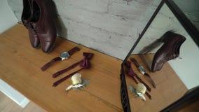 Мода человека - ботинки, наручные часы и бабочка видеоматериал