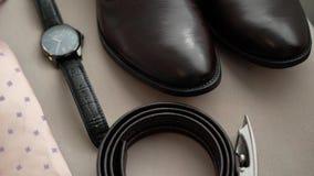 Мода ` s человека: коричневые ботинки, пояс, наручные часы и розовая связь сток-видео
