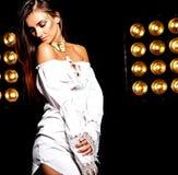 Моделируйте в платье лета белом с ярким творческим составом Стоковое Изображение RF
